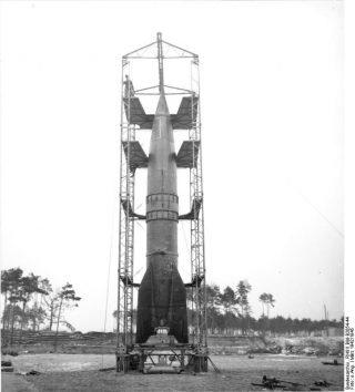 V-2 raket in Peenemünde (CC BY-SA 3.0 - wiki - Bundesarchiv RH8II Bild-B2054-44)