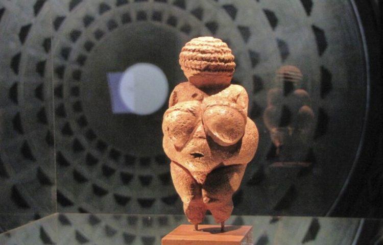 Venus van Willendorf tijdens een tentoonstelling in Oberhausen (CC BY-SA 3.0 - Ziko van Dijk)