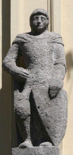 Het beeld van Gerard van Uden, als vermeende stichter van de Broederschap van Onze Lieve Vrouw aan de gevel van het Zwanenbroedershuis aan de Hinthamerstraat in Den Bosch (beeldhouwer: Marius van Beek)