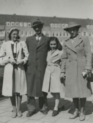 Familie Frank aan het Merwedeplein, 1941 (fotocollectie Anne Frank Stichting)