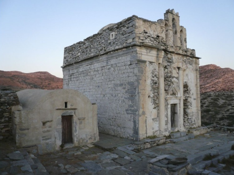 Het Episkopi-monument op Sikinos (CC BY-SA 4.0 - wiki  - lunar sea n)