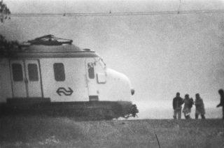 Gijzeling trein bij De Punt ; onderhandelaars mevrouw Soumoukil en dr. Tan vergezeld door kapers lopen naar trein (aankomst) Datum : 9 juni 1977 (cc0 - Anefo - wiki)