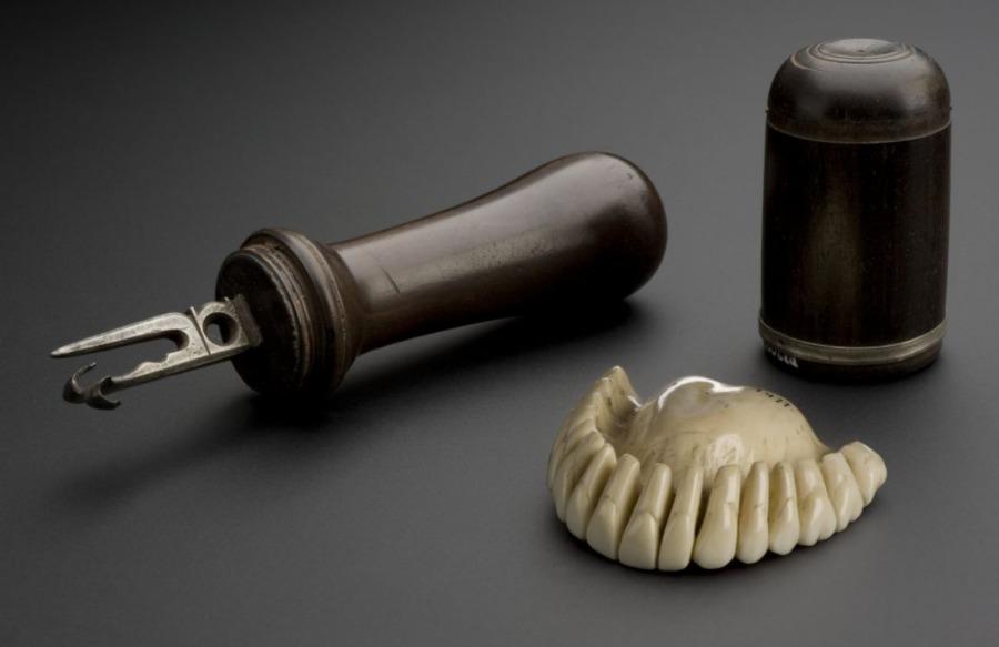 Attribuut waarmee vroeger kunstgebitten mee werden gemaakt - Europa, 1701 (CC BY 4.0 - Welcome Images - wiki)
