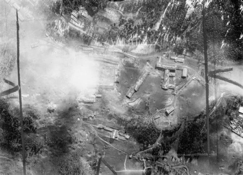 Luchtfoto van de RAF na een bombardement op nazi-bouwwerken op de Obersalzberg,  25 april 1945 (Publiek Domein - Royal Air Force - wiki)