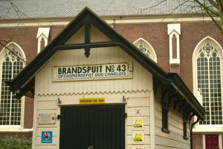 Fraai opgeknapt brandspuithuisje in Charlois, Rotterdam (Foto Marian Groeneweg)