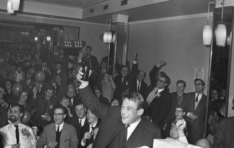 Hans van Mierlo viert de verkiezingsuitslag in 1967 (CC BY-SA 3.0 nl - Spaarnestad - Anefo -  wiki)