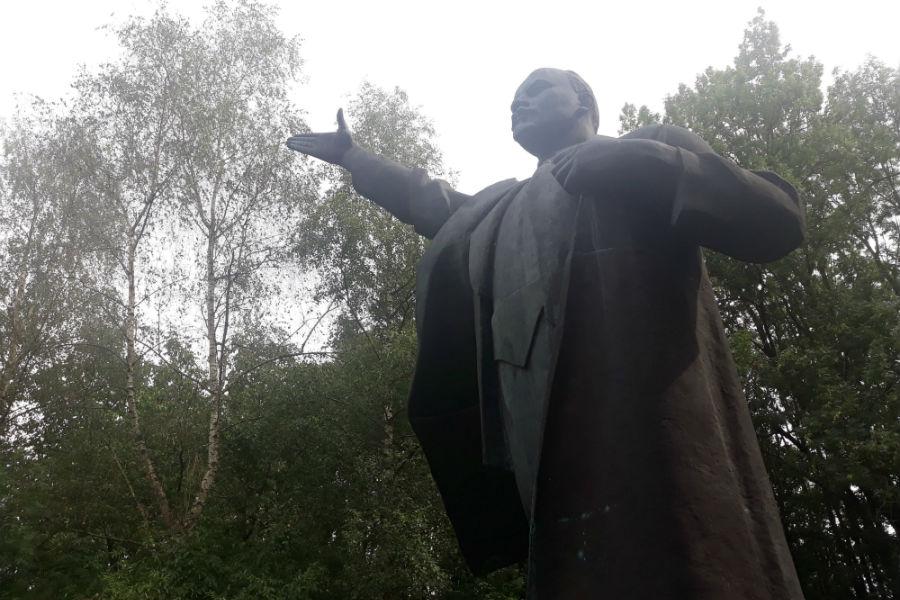 Het Lenin-beeld in Bad Nieuweschans (Foto Historiek)