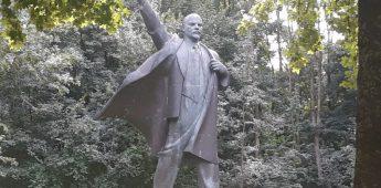 Ruim negen meter hoog Lenin-beeld in Oost-Groningen