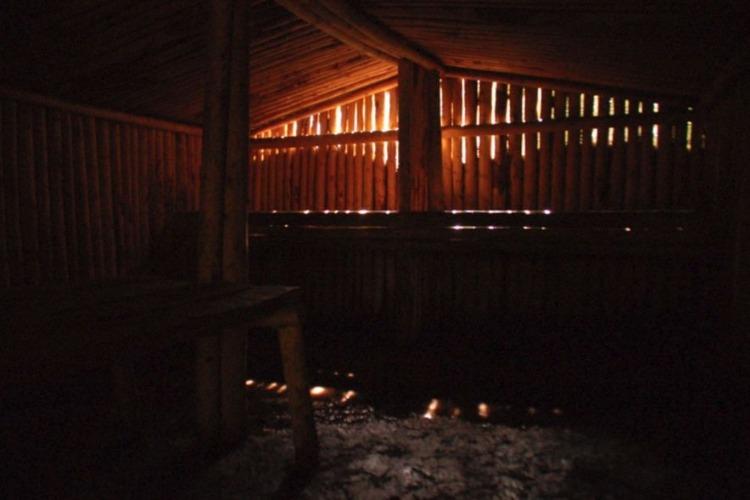 Interieur van een nagebouwde hut (Publiek Domein - wiki - Karlmarx0)