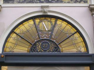 Logo van Neuhaus in glas-in-lood in Koninginnegalerij (CC BY-SA 4.0 - Andrzej Otrębski)