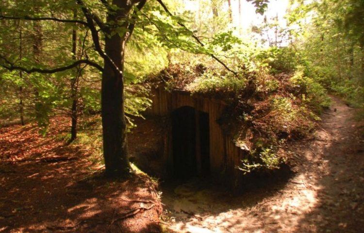 Nagebouwd hutje in het Verscholen Dorp bij Vierhouten (Publiek Domein - Karlmarx0 - wiki)