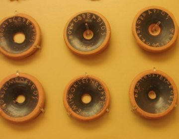 Ostracisme - schervengericht - Scherven uit 482 v.Chr. waarop namen zijn gekrast (Publiek Domein - wiki)
