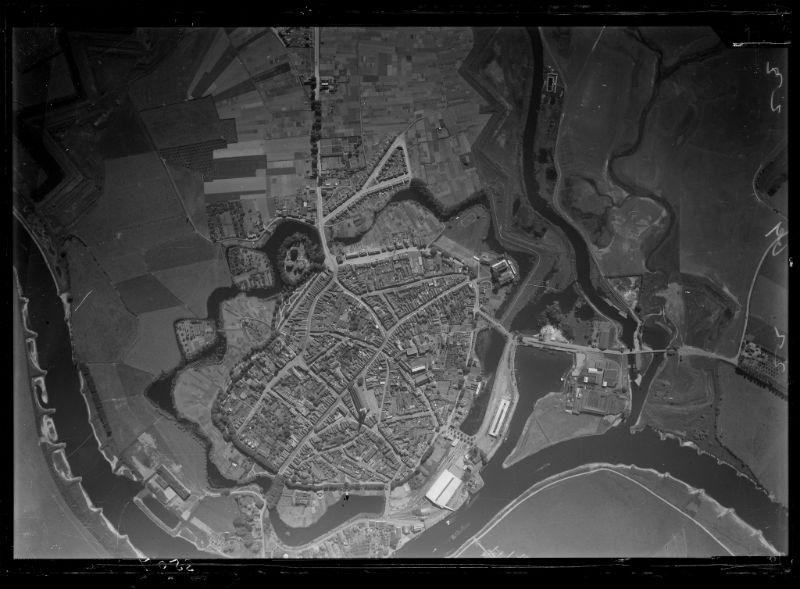 Verticale luchtfoto van Doesburg, tussen 1925 en 1935 (CC-BY 4.0 – NIMH)