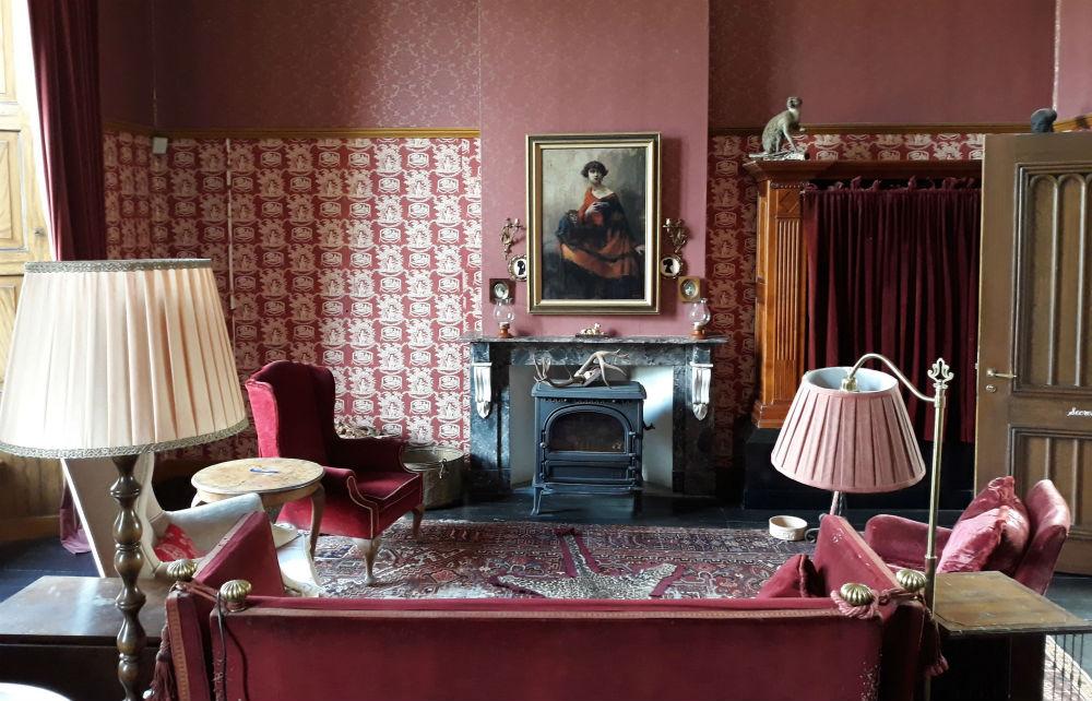 Zitkamer in de bibliotheek, met rechts achter het gordijn het luxe tv-meubel (Foto Historiek)