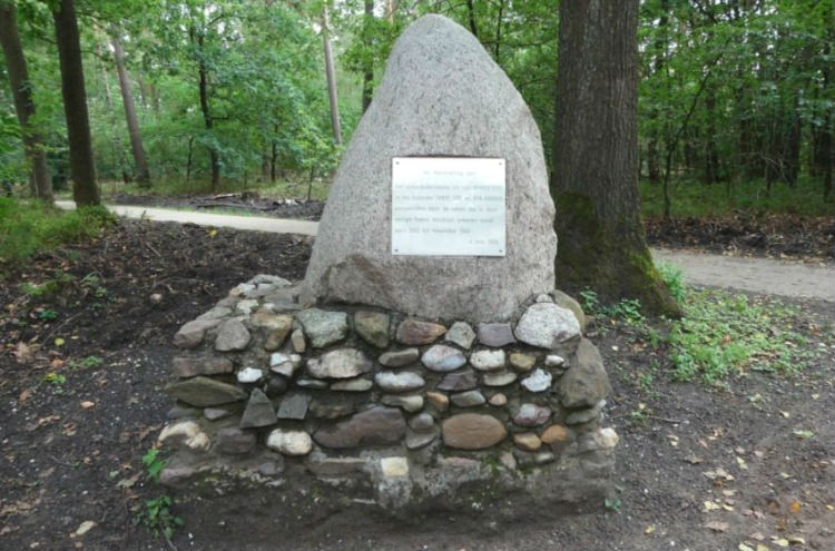 Monument het Verscholen Dorp (CC BY 4.0 - wiki - G.Lanting)