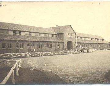 Het hoofdgebouw van Kamp Vught (Kommandantur) in 1945 (collectie Nationaal Monument Kamp Vught) - Tracesofwar.com