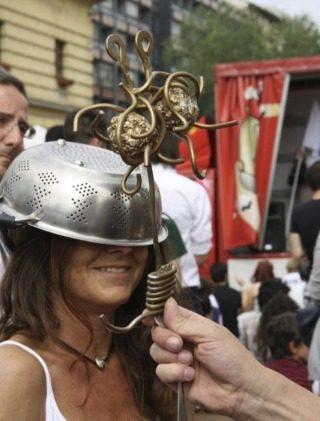 Aanhanger van de 'religie' op het Piazza XXIV Maggio in Milaan (wiki - G.dallorto)