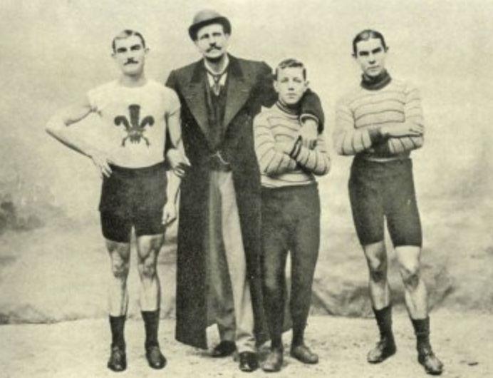 Arthur Linton (links) met zijn manager Choppy Warburton. collega-wielrenner Jimmy Michael en zijn broer Tom (Publiek Domein - wiki)