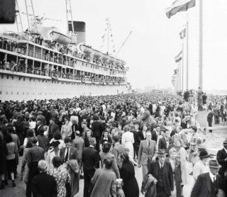 Terugkeer van het passagiersschip ms Oranje van de Stoomvaart Maatschappij 'Nederland' in IJmuiden (Scheepvaartmuseum Amsterdam)