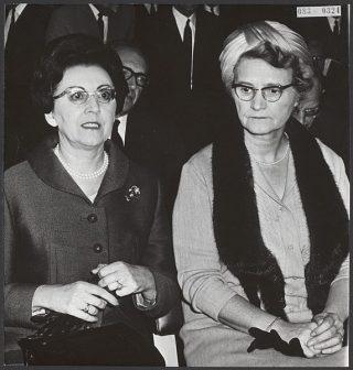 Marguerite De Riemaecker-Legot en Marga Klompé, de eerste Nederlandse vrouwelijke minister (CC0 1.0 - Nationaal Archief - wiki)