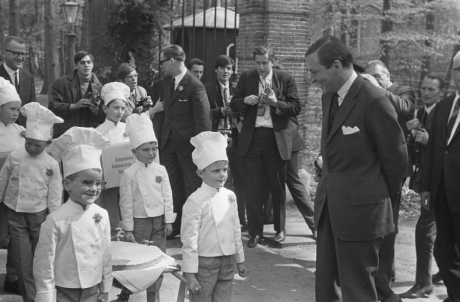 Ter gelegenheid van de geboorte van prins Willem-Alexander wordt beschuit met muisjes aangeboden aan prins Claus, 1967. (CC0 - Eric Koch / Anefo - wiki)