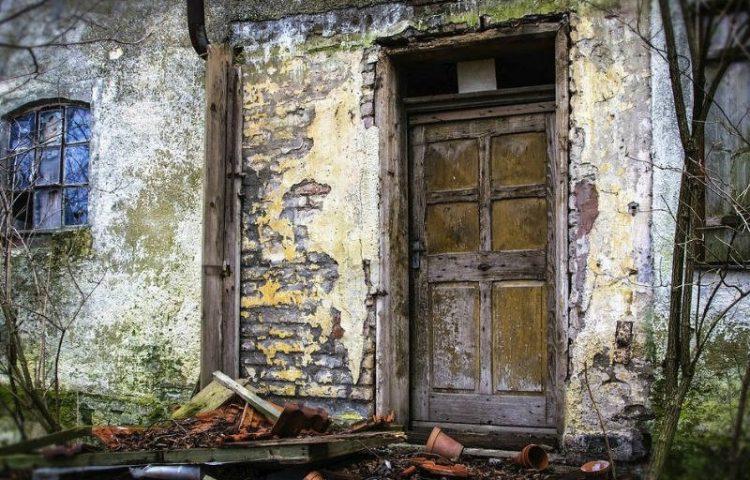 Een stok achter de deur – ergens een stokje voor steken (CC0 - Pixabay - Tama66)