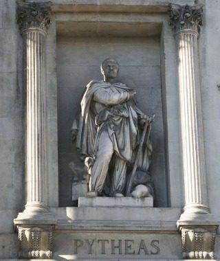 Beeld van Pythéas aan de gevel van het Beursgebouw in Marseille (Fr.) (CC BY-SA 3.0 - Rvalette - wiki)
