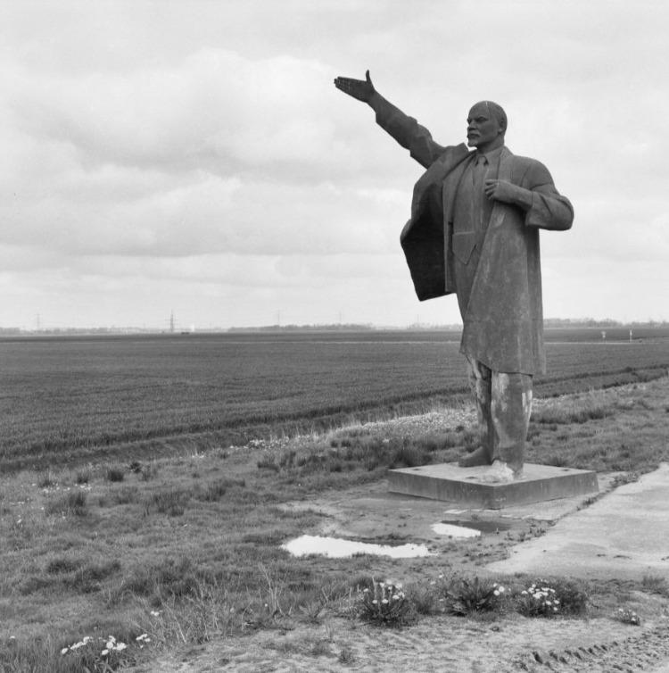 Lenin wijst de weg naar Tjuchem - Het beeld toen het nog bij Tjuchem stond, 1998 (CC BY-SA 4.0 - RCE - wiki)