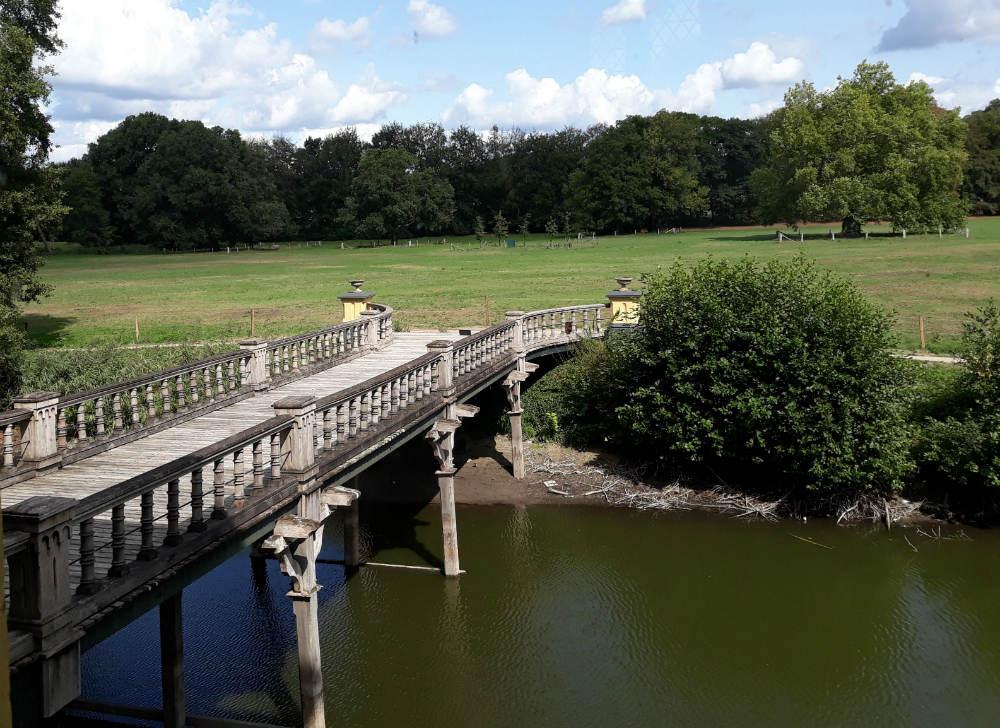 Zicht vanuit het kasteel op de toegangsbrug (Foto Historiek)