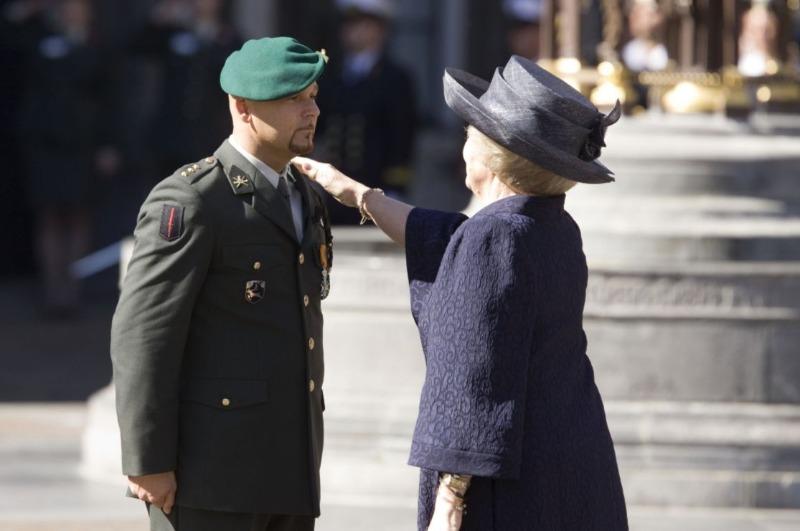 Marco Kroon, de eerste ridder in de MWO van de 21e eeuw, geridderd door Koningin Beatrix (CC BY-SA 1.0 - Ruud Mol/Ministerie van Defensie)