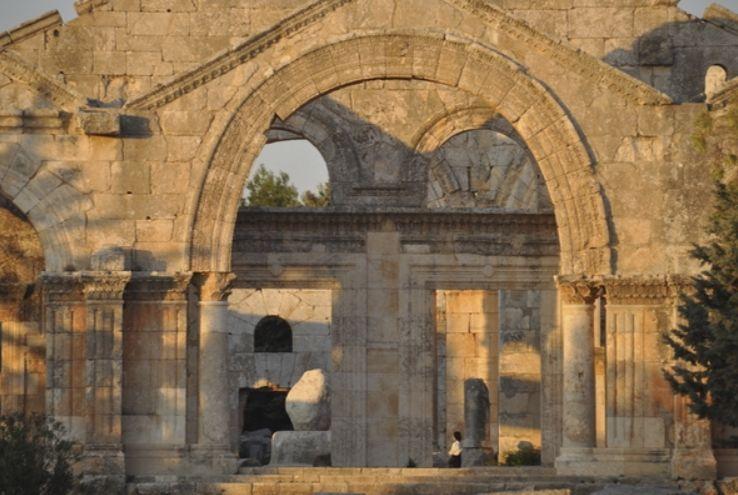 De façade van de zuidelijke van de vier basilieken; achter het portaal is links de stenen rest van Simeons zuil te zien