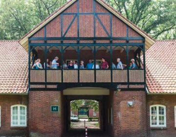 Bezoekers op het balkon van de Kommandantur bij Kamp Vught (Foto: Jan van de Ven / NM Kamp Vught)