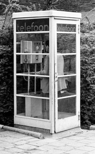 Telefoonboeken verdwenen uit telefooncellen toen mensen 'de sterkste man' na-aapten en ze probeerden te doorklieven. © Fotocollectie Anefo via Nationaal Archief, fotograaf Bert Verhoeff