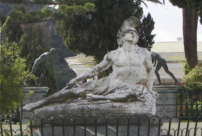 Beeld van de stervende held nadat die geraakt is in zijn Achilleshiel (CC BY-SA 3.0 - Tasoskessaris - wiki)