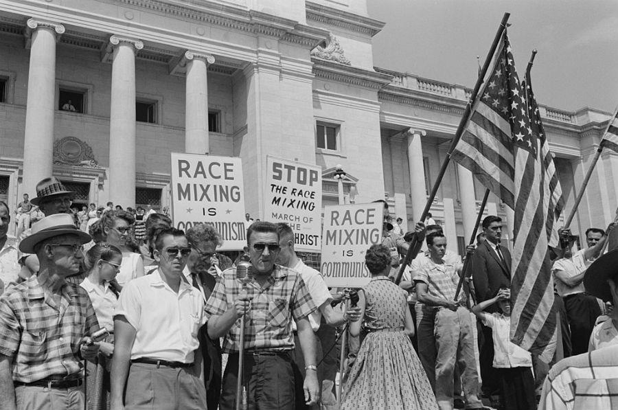 Demonstranten bij de school in Little Rock (Publiek Domein - Library of Congress)