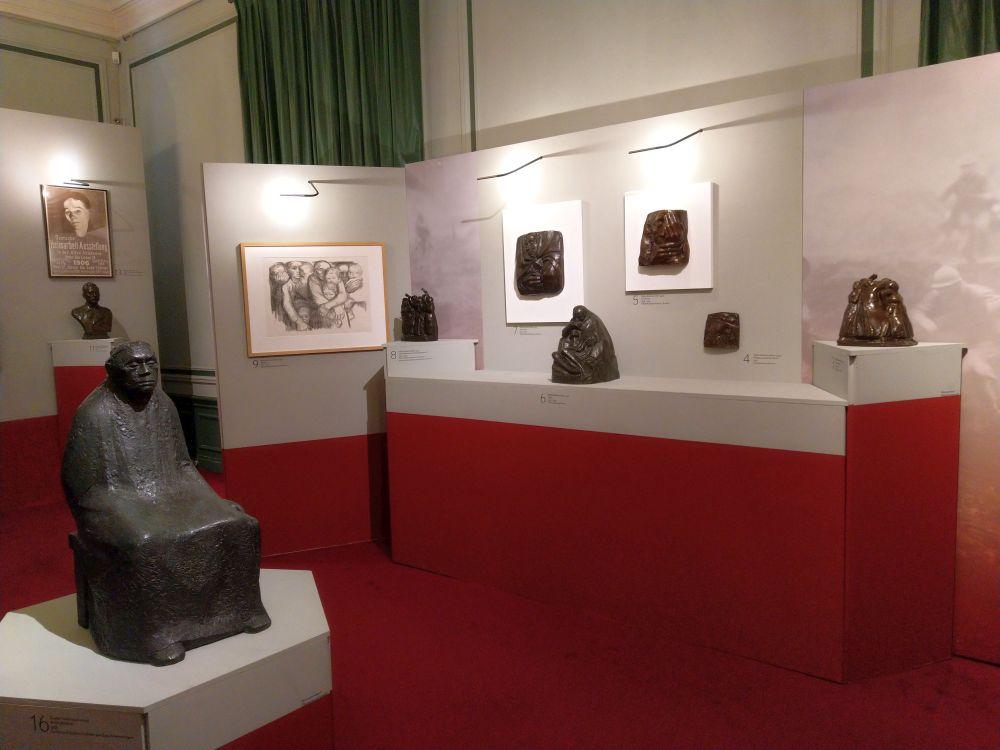 Expositieruimte in Huis Doorn. Links 'Käthe Kollwitz' door Gustav Seitz, in het midden 'Piëta' van Käthe Kollwitz. (Foto Kevin Prenger)