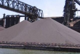 Een grote voorraad ijzererts ten behoeve van gebruik in de staalindustrie. (CC BY-SA 1.0 - Lars Lentz)