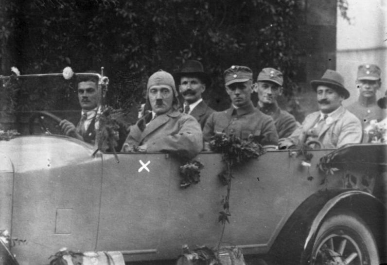 Hitler in 1923, naast bestuurder (CC BY-SA 3.0 de - wiki - Bundesarchiv)
