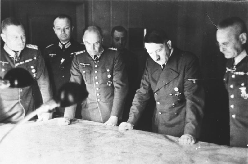 Hitler met zijn generaals (CC BY-SA 3.0 de - wiki Bundesarchiv)