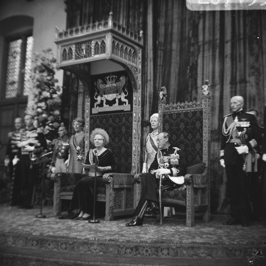 Prinsjesdag 1967 - Koningin Juliana leest de troonrede voor, rechts prins Bernhard (CC0 - Fotocollectie Anefo - Eric Koch)