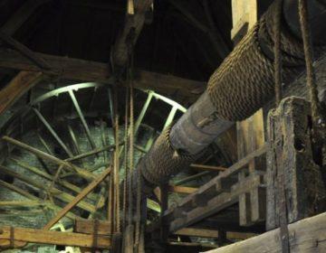 Raddraaier - Tredmolen met hijsas aan de binnenkant van de Koppelpoort (CC BY-SA 3.0 - Michel32Nl - wiki)