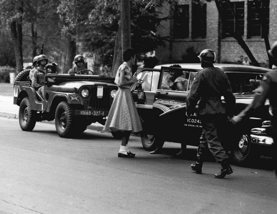 Soldaten begeleiden de zwarte scholieren naar school (Publiek Domein - US Army)