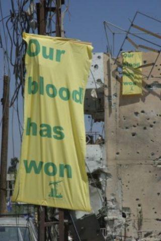Vlaggen die na de gevechten van 2006 op verschillende plekken opgehangen werden (CC BY-SA 2.0 - wiki - Julien Harneis)