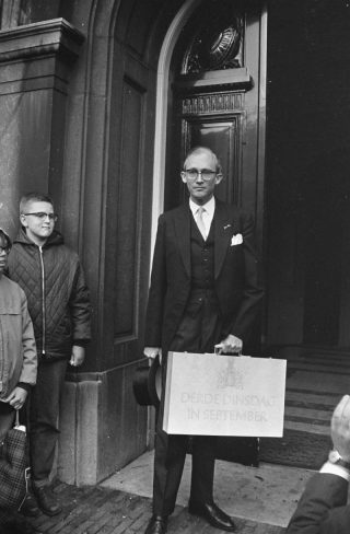 Minister Witteveen met het koffertje met de miljoenennota voor het gebouw van de Tweede Kamer, 19 september 1967 (CC0 - Fotocollectie Anefo)