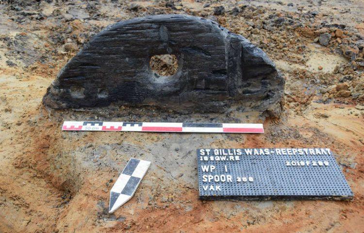 Het gevonden deel van het wiel uit de ijzertijd (Foto Erfpunt Waasland)