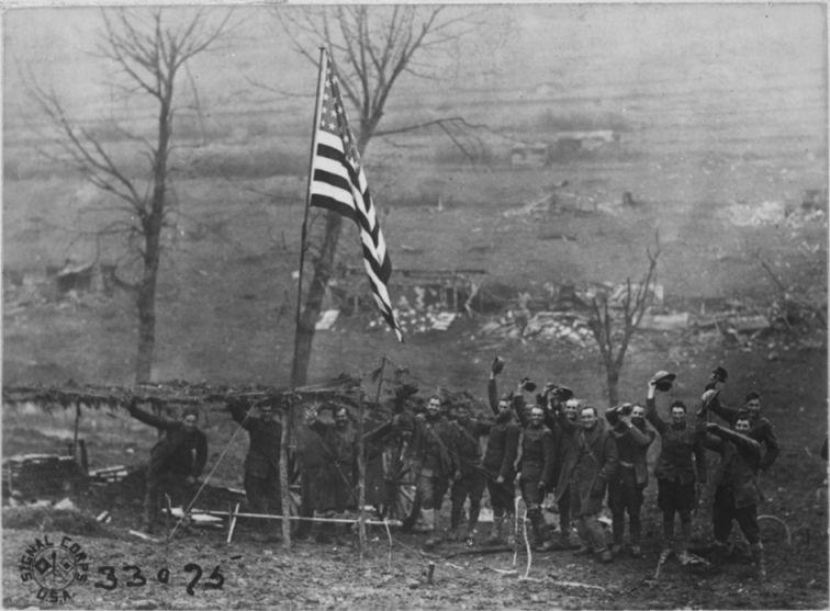 Juichende Amerikanen aan het front nadat de wapenstilstand van kracht is geworden, 11 november 1918 (National Archives - 712)