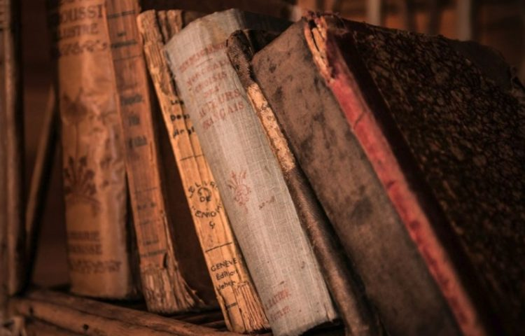 Alpertus van Metz - Willekeurige foto van een aantal oude boeken (CC0 - Pixabay -jarmoluk)