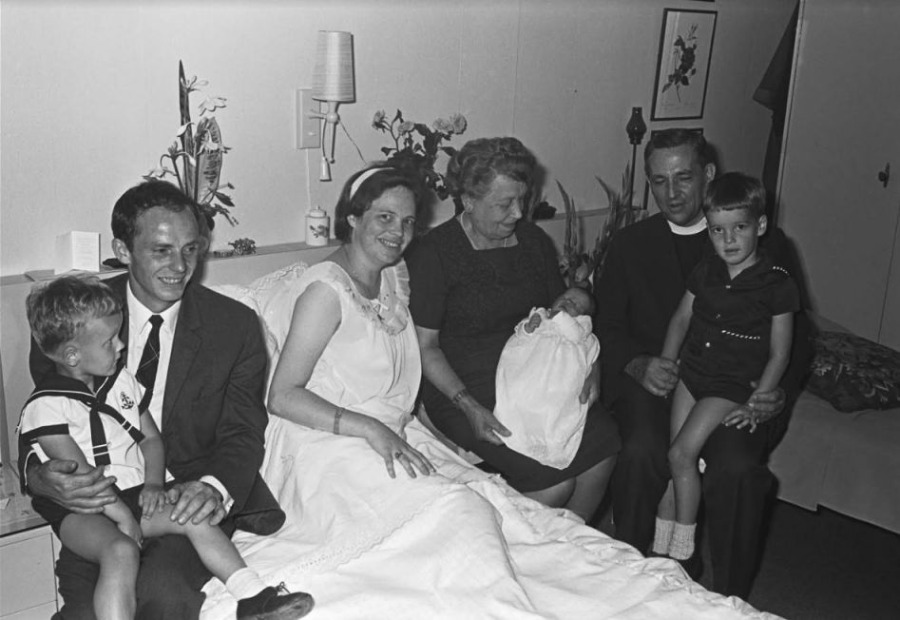 Geboorte en doop van een nieuwe telg in het gezin Kamp in Vught, zomer 1967 (Fotopersbureau Het Zuiden/BHIC)