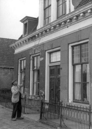 Een porder in Leeuwarden, 1947. (wiki - Nationaal Archief)