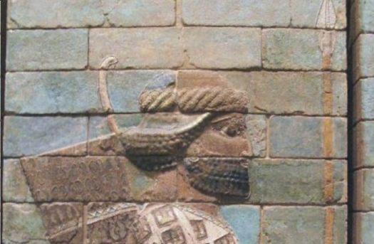 """Een Perzische """"speerdrager"""": reliëf uit Sousa, nu in het Louvre in Parijs."""